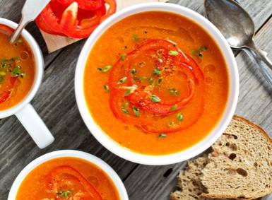 Tomatensuppe in der Suppenschuessel