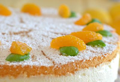 Kuchen mit biskuitboden und fruchten